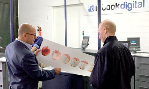 Trabajadores visualizando una impresión en Tubookdigital
